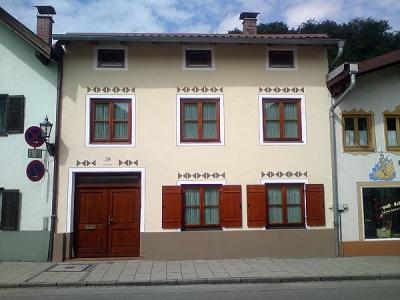 Stadthaus Frau Frühwald in Wolfratshausen, Fassadenrenovierung mit Ornamentmalerei
