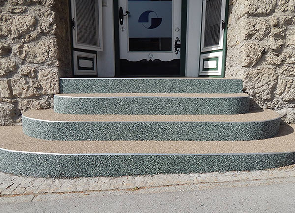 Treppe mit Kieselgranulat